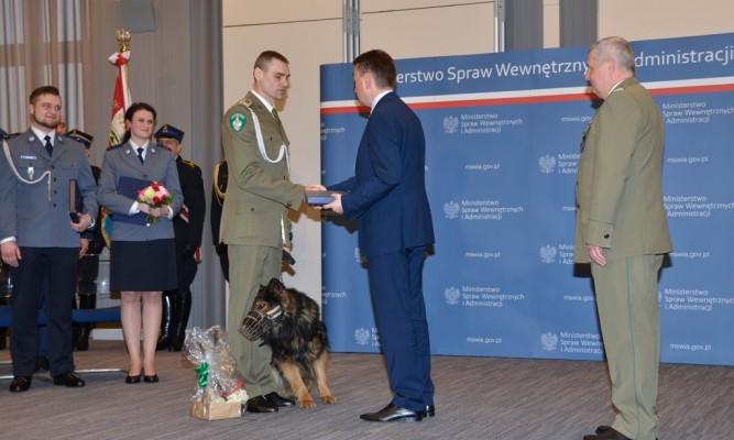 sierż. szt. SG Łukasz Rogowski z psem służbowym Jano - Placówka SG w Horyńcu - Zdroju  fot. BiOSG