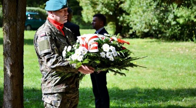 Żołnierz składający kwiaty pod pomnikiem na Horaju fot. archiwum zlubaczowa.pl.