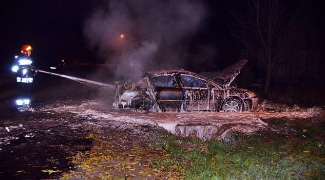 Spalony Peugeot na ulicy Zagrody fot. zlubaczowa.pl