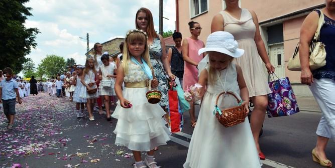 Nieodłącznym elementem procesji są dziewczynki sypiące płatki kwiatów fot. zlubaczowa.pl