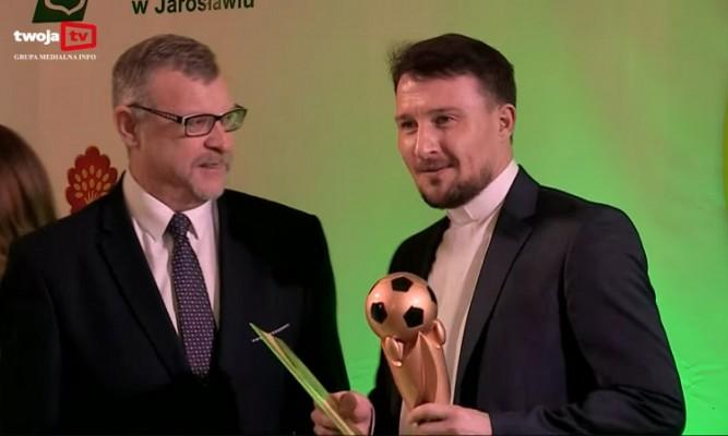 """Paweł Derylak odbiera statuetkę za najlepszego zawodnika w lubaczowskiej """"A klasie"""" fot. kadr https://www.youtube.com/watch?v=BBwX28ygq5s"""