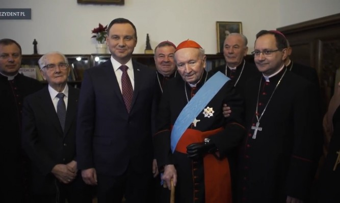 Kardynał Marian Jaworski rok temu został odznaczony prezez Prezydenta najwyższy odznaczeniem w Polsce - Orderem Orła Białego fot. kadr z https://youtu.be/n3YFjqcT2pc