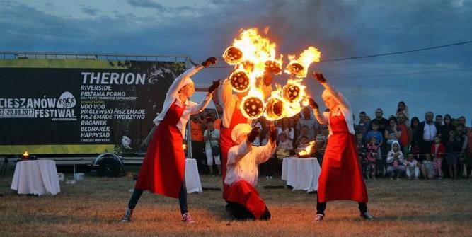 To było wielkie wydarzenie. Dla mieszkańców przygotowano mnóstwo atrakcji m.in pokaz teatr ognia. fot. zlubaczowa.pl