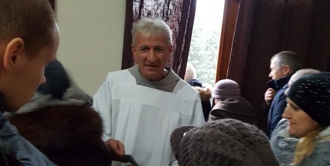 Ojciec Tadeusz Brzozowski - franciszkanin, misjonarz - zbierał datki na rzecz kenijskiej ludności. W zamian każdy darczyńca otrzymywał maleńki woreczek ryżu.