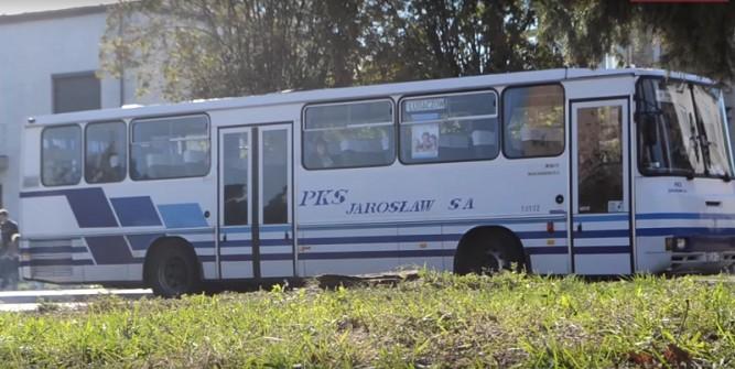 Na zdjęciu jeden z autobusów należących do PKS Jarosław. Po drogach powiatu jeździ jednak jeszcze kilka bardzo starych Autosanów.