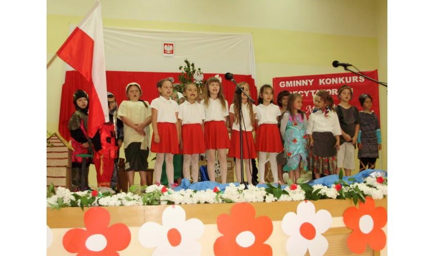 W Lisich Jamach Uczniowie śpiewali Pieśni I Recytowali