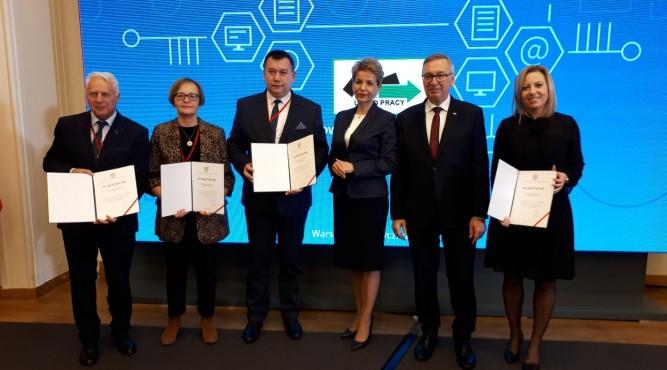 Dyrektor PUP w Lubaczowie Marek Hadel (trzeci od lewej) z wyróżnieniem fot. bieszczadzki.pl